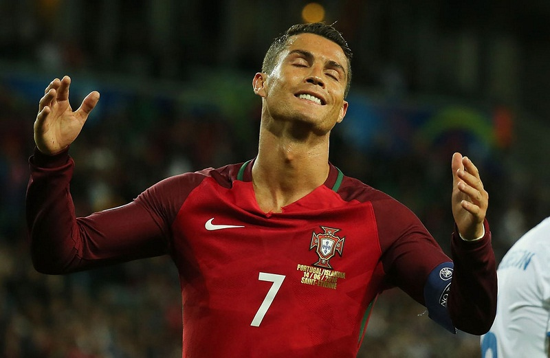 Ronaldo is a 39 sore loser who dives and fannies about - Cristiano ronaldo dive ...